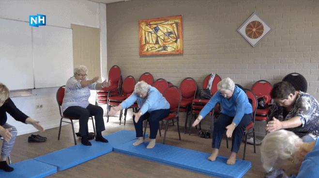 Ouderen yoga stoelyoga